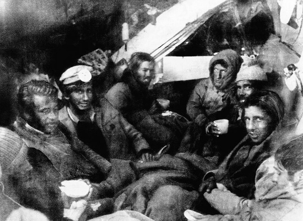 Bức ảnh chụp chuyến đi nghỉ dưỡng ngay trước khi thảm họa xảy ra, chỉ 27/42 người sống sót và phải dùng thi thể người chết để duy trì sự sống - Ảnh 2.