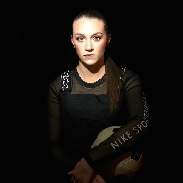Nữ cầu thủ sở hữu 2 kỷ lục Guinness: Tâng giấy vệ sinh đẳng cấp thế này, các đồng nghiệp nam cũng phải chạy mất dép - Ảnh 1.