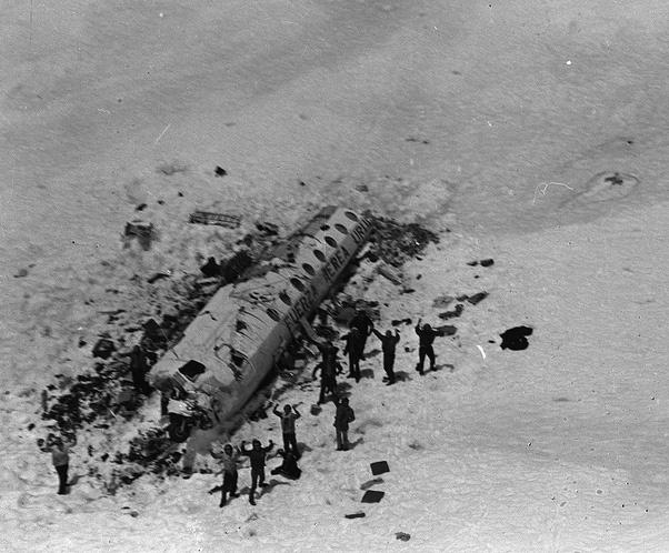 Bức ảnh chụp chuyến đi nghỉ dưỡng ngay trước khi thảm họa xảy ra, chỉ 27/42 người sống sót và phải dùng thi thể người chết để duy trì sự sống - Ảnh 4.