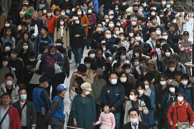 Bất chấp chính quyền kêu gọi ở nhà, hàng chục nghìn người Nhật Bản vẫn xếp hàng đi xem ngọn đuốc Olympic giữa mùa dịch Covid-19 - Ảnh 1.
