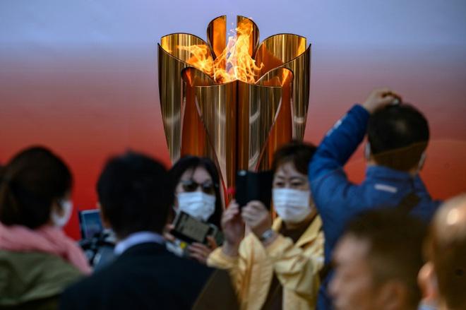 Bất chấp chính quyền kêu gọi ở nhà, hàng chục nghìn người Nhật Bản vẫn xếp hàng đi xem ngọn đuốc Olympic giữa mùa dịch Covid-19 - Ảnh 2.