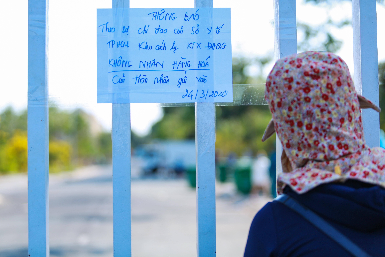 Sau lệnh cấm, nhiều người vẫn lén ném đồ tiếp tế qua hàng rào ở KTX ĐH Quốc gia TP. HCM - Ảnh 1.