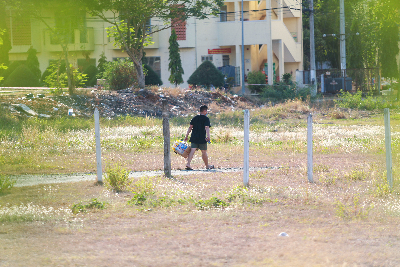 Sau lệnh cấm, nhiều người vẫn lén ném đồ tiếp tế qua hàng rào ở KTX ĐH Quốc gia TP. HCM - Ảnh 8.