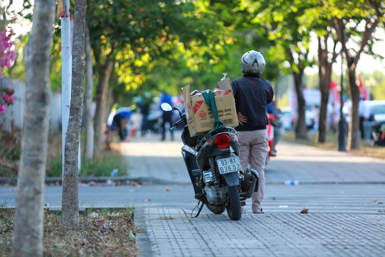 Sau lệnh cấm, nhiều người vẫn lén ném đồ tiếp tế qua hàng rào ở KTX ĐH Quốc gia TP. HCM - Ảnh 5.
