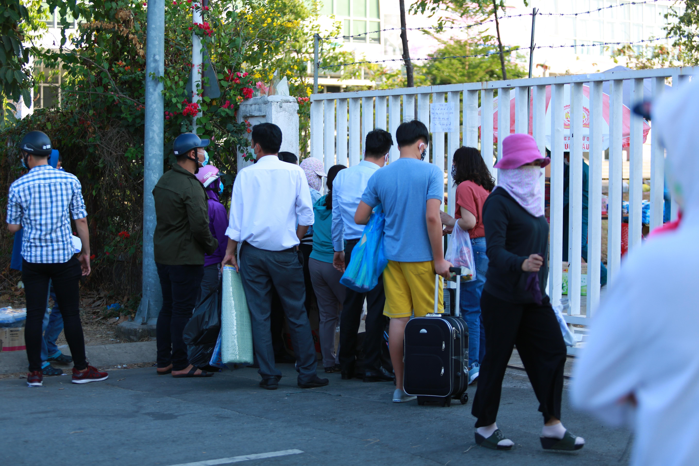 Sau lệnh cấm, nhiều người vẫn lén ném đồ tiếp tế qua hàng rào ở KTX ĐH Quốc gia TP. HCM - Ảnh 2.