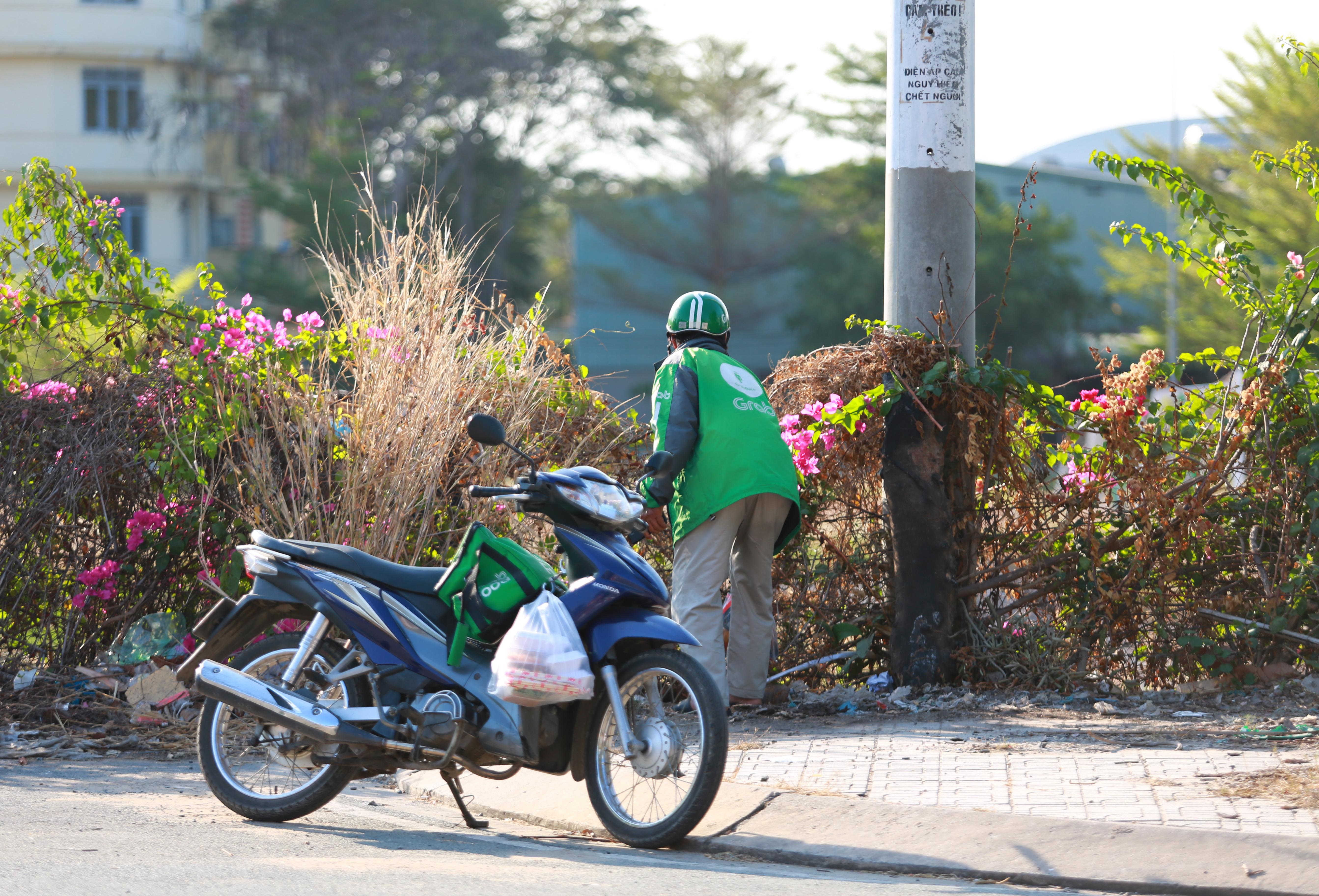 Sau lệnh cấm, nhiều người vẫn lén ném đồ tiếp tế qua hàng rào ở KTX ĐH Quốc gia TP. HCM - Ảnh 6.