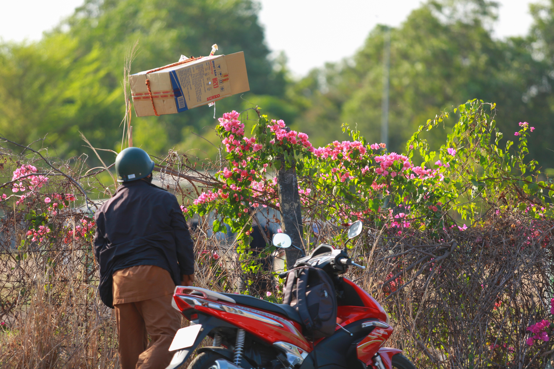 Sau lệnh cấm, nhiều người vẫn lén ném đồ tiếp tế qua hàng rào ở KTX ĐH Quốc gia TP. HCM - Ảnh 7.