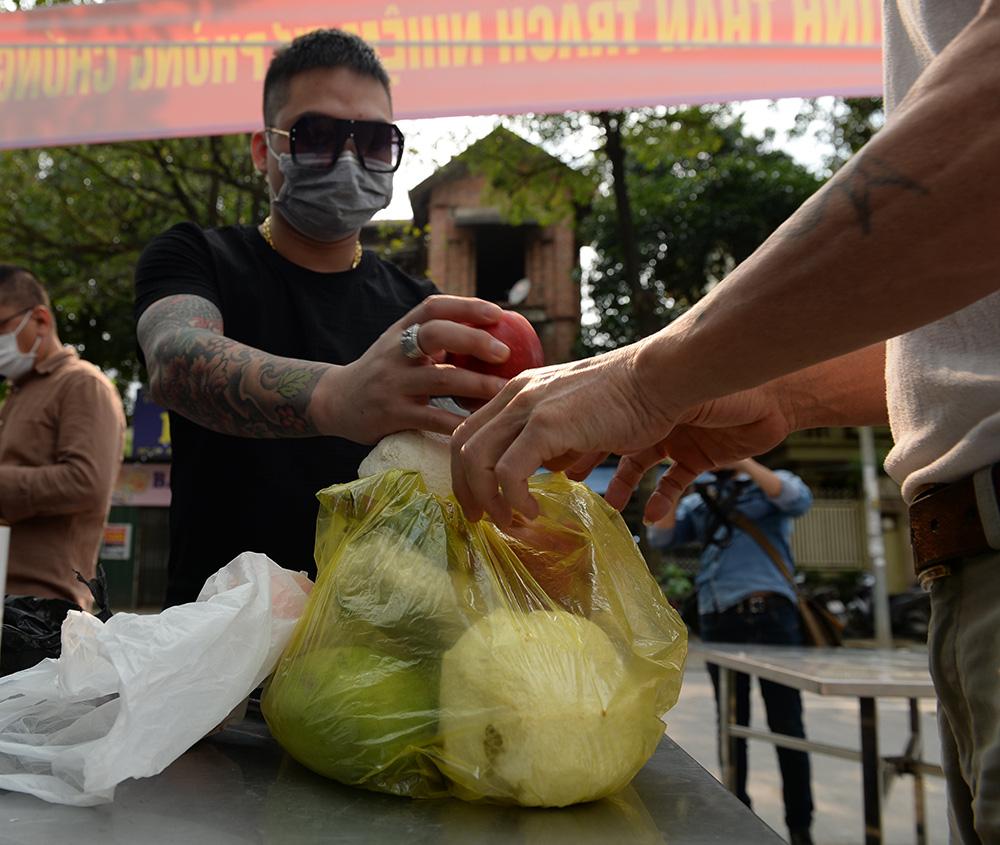 Gửi bún chả, bánh chưng, hoa quả, bia... vào khu cách ly cho người thân ở Hà Nội - Ảnh 3.