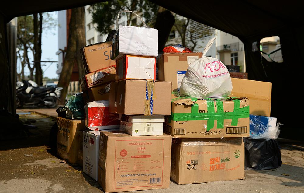 Gửi bún chả, bánh chưng, hoa quả, bia... vào khu cách ly cho người thân ở Hà Nội - Ảnh 13.