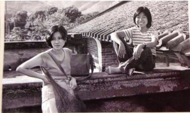 Lý Bích Hoa lúc nhỏ (phải).