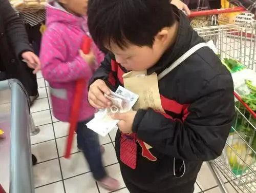Con trai mua gói muối và không trả lại tiền thừa cho bố (Ảnh minh họa)