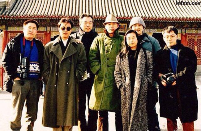 Lý Bích Hoa chụp ảnh cùng Trương Quốc Vinh, Trần Khải Ca và Trương Phong Nghị.