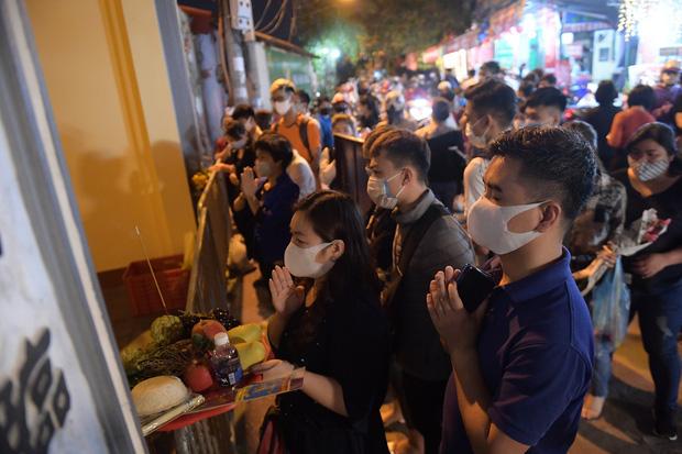 Ảnh: Hàng trăm người Hà Nội vẫn kéo về Phủ Tây Hồ cúng bái ngày đầu tháng, bất chấp lệnh cấm vì dịch Covid-19 - Ảnh 4.