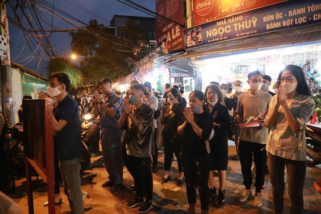 Ảnh: Hàng trăm người Hà Nội vẫn kéo về Phủ Tây Hồ cúng bái ngày đầu tháng, bất chấp lệnh cấm vì dịch Covid-19 - Ảnh 9.