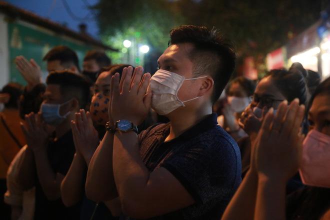 Ảnh: Hàng trăm người Hà Nội vẫn kéo về Phủ Tây Hồ cúng bái ngày đầu tháng, bất chấp lệnh cấm vì dịch Covid-19 - Ảnh 10.