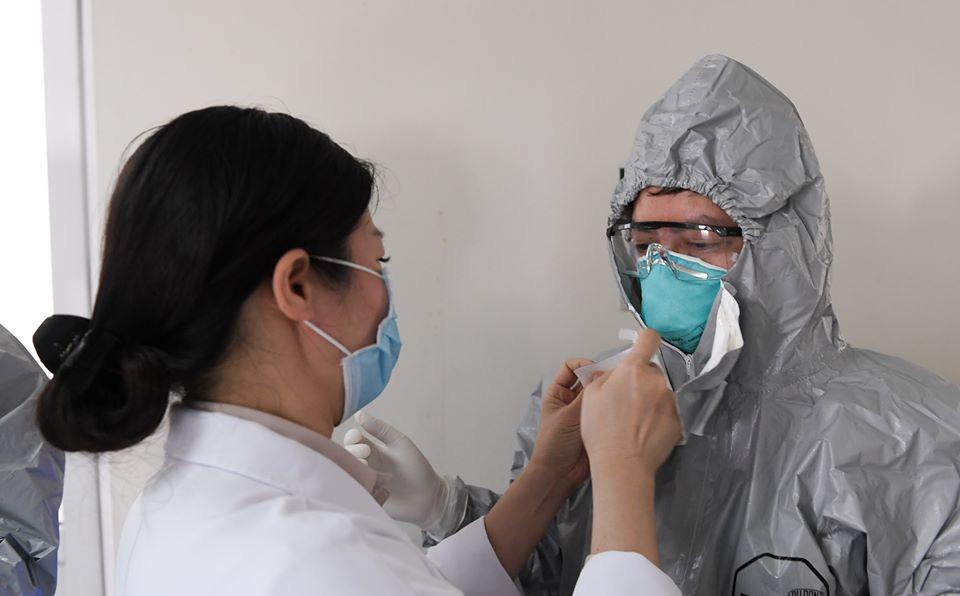 Đồng nghiệp căng mình chống dịch: Bác sĩ tuyến sau cay cay khoé mắt