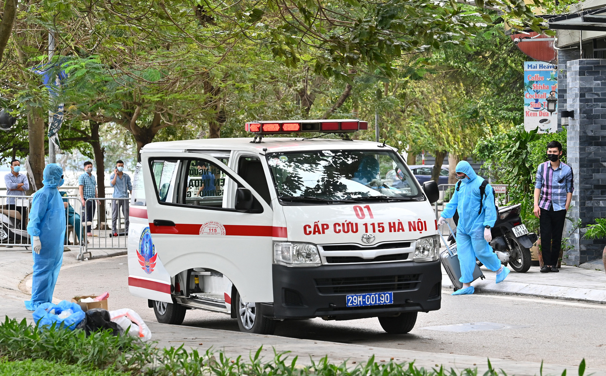 Cận cảnh quá trình phun khử khuẩn nơi ở của người nước ngoài dương tính SARS-COV-2 tại Hà Nội