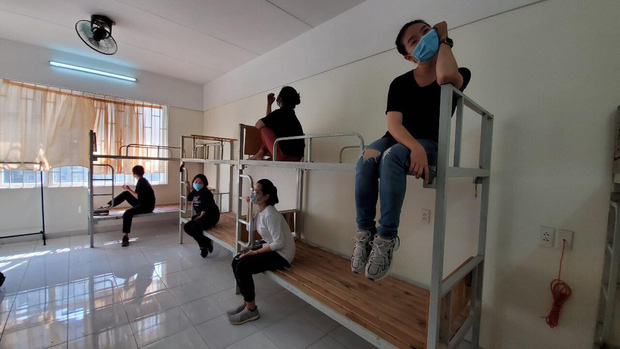 Người trẻ thầm lặng dọn sạch hàng nghìn căn phòng ngập bụi cho du học sinh về cách ly tại KTX ĐHQG - ảnh 1