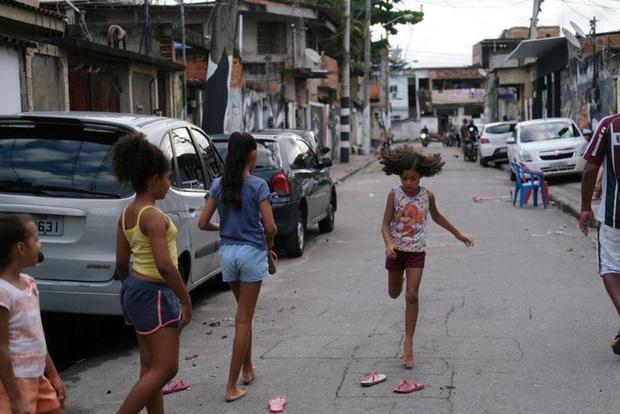 Đến cả các băng đảng xã hội đen ở Brazil cũng xách loa đi tuyên truyền người dân hạn chế ra đường giữa dịch Covid-19 - Ảnh 2.
