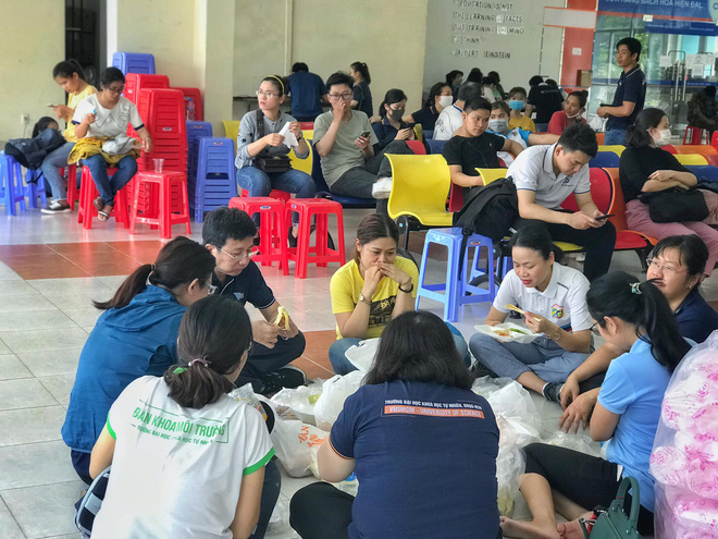 Người trẻ thầm lặng dọn sạch hàng nghìn căn phòng ngập bụi cho du học sinh về cách ly tại KTX ĐHQG - ảnh 6