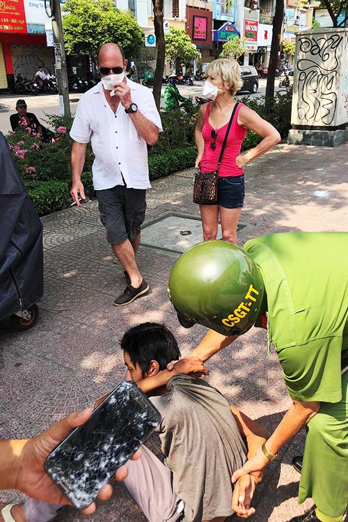 Thiếu niên 16 tuổi tấn công vợ chồng du khách Pháp cướp giật tài sản ở Sài Gòn - Ảnh 1.
