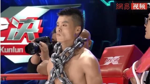 Mang 1 tạ xích sắt lên đài thị uy, võ sĩ Trung Quốc bị Buakaw đánh tơi tả đến ngất xỉu - Ảnh 2.