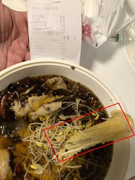 """Gọi đồ ăn về nhà, hai vợ chồng tá hỏa phát hiện có """"khẩu trang luộc bên trong, nhà hàng sau khi nhận lỗi lại đột nhiên trở mặt - Ảnh 2."""