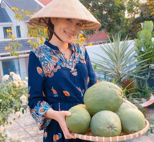 Bà xã Quyền Linh khoe thành quả thu hoạch hoa trái sai trĩu trong căn biệt thự 21 tỷ, được cả chồng lẫn 2 cô con gái xinh đẹp phụ giúp - ảnh 7