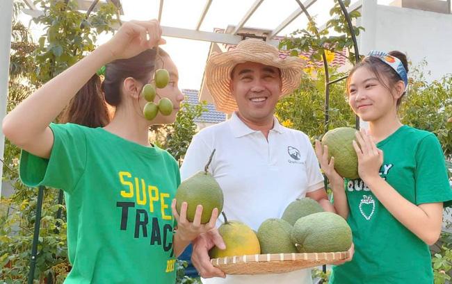 Bà xã Quyền Linh khoe thành quả thu hoạch hoa trái sai trĩu trong căn biệt thự 21 tỷ, được cả chồng lẫn 2 cô con gái xinh đẹp phụ giúp - ảnh 8