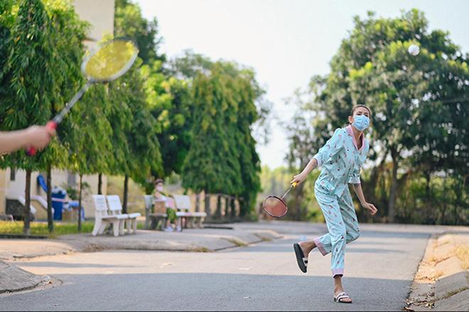 Cuộc sống của siêu mẫu Võ Hoàng Yến tại khu cách ly: Luộc rau bằng ấm siêu tốc, chăm chó  - Ảnh 12.