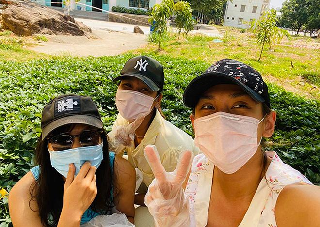 Cuộc sống của siêu mẫu Võ Hoàng Yến tại khu cách ly: Luộc rau bằng ấm siêu tốc, chăm chó  - Ảnh 1.