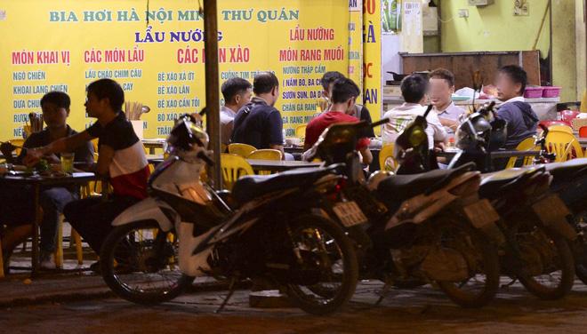 Bất chấp yêu cầu đóng cửa, nhiều quán cà phê, bia hơi ở Hà Nội vẫn hoạt động - Ảnh 8.