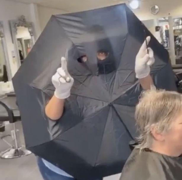 Mùa dịch Covid-19, tiệm salon nghĩ ra cách bá đạo để cắt tóc cho khách  - Ảnh 3.