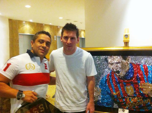 Gặp gỡ Mr Bling, nghệ nhân tranh đá quý Swarovski làm mê hoặc cả Messi, Ronaldo và Neymar - Ảnh 1.