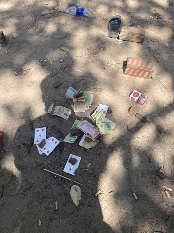 16 đối tượng tổ chức xới lắc tài xỉu và đá gà trong vườn điều - Ảnh 2.