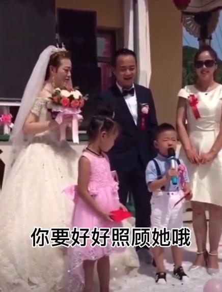 Cháu trai 4 tuổi dằn mặt chú rể trong đám cưới của dì khiến cả hội trường cười lăn lộn vì quá ngộ nghĩnh và già đời - Ảnh 1.