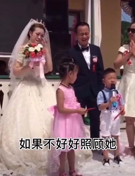 Cháu trai 4 tuổi dằn mặt chú rể trong đám cưới của dì khiến cả hội trường cười lăn lộn vì quá ngộ nghĩnh và già đời - Ảnh 2.