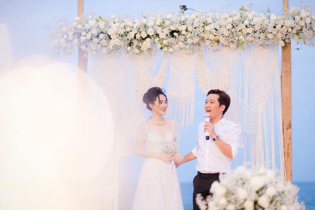 Sau 1 năm, Trường Giang - Nhã Phương cuối cùng đã tung trọn bộ ảnh đẹp trong lễ đính hôn bí mật tại bãi biển - Ảnh 1.