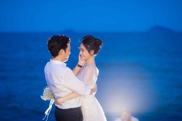 Sau 1 năm, Trường Giang - Nhã Phương cuối cùng đã tung trọn bộ ảnh đẹp trong lễ đính hôn bí mật tại bãi biển - Ảnh 2.