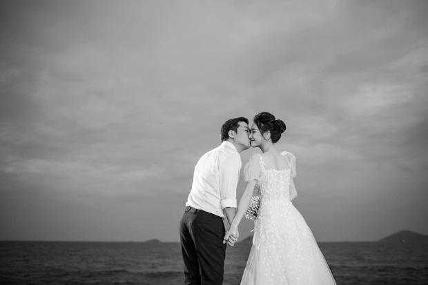 Sau 1 năm, Trường Giang - Nhã Phương cuối cùng đã tung trọn bộ ảnh đẹp trong lễ đính hôn bí mật tại bãi biển - Ảnh 4.
