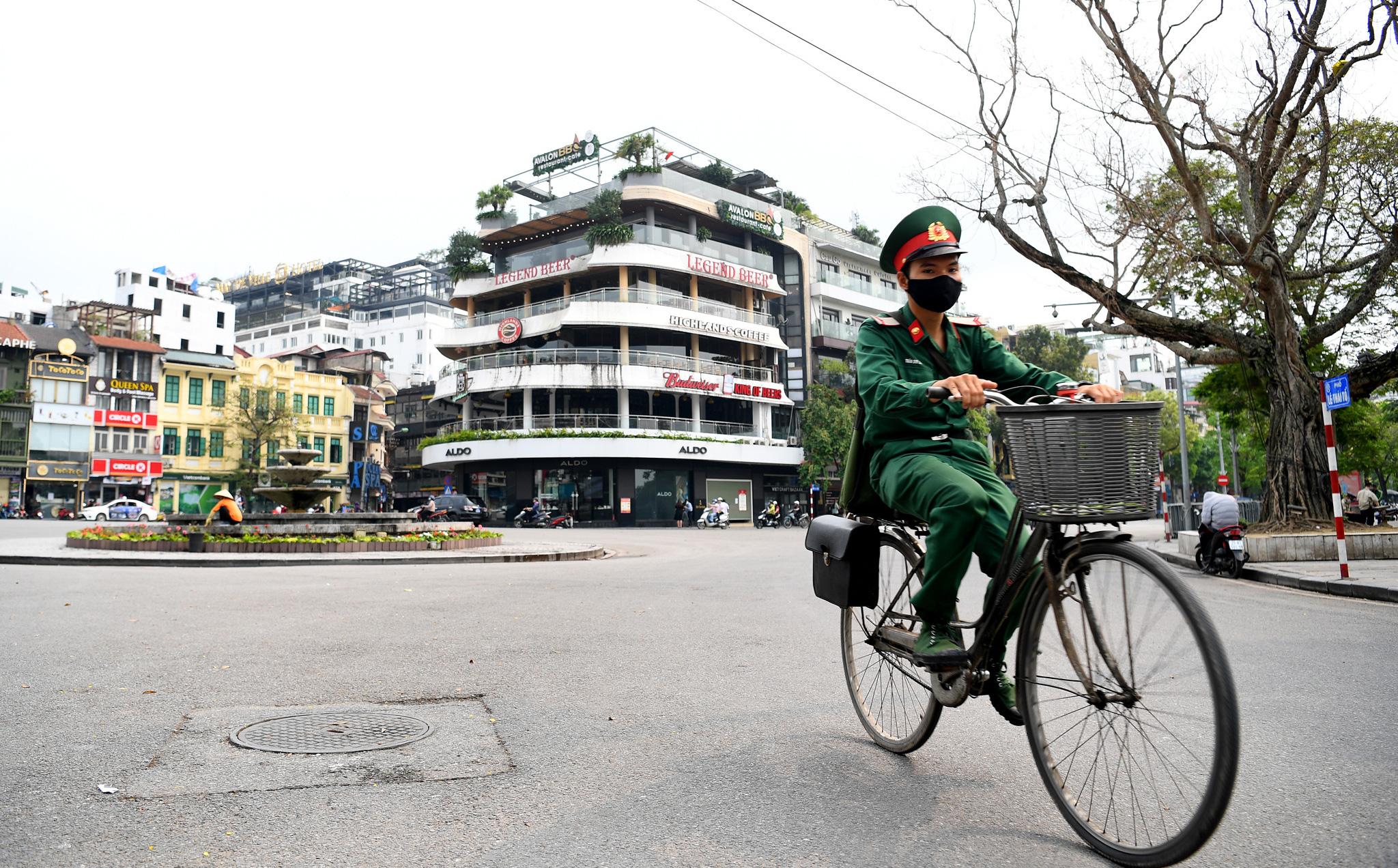 Phố Hà Nội vắng người, hàng quán đóng cửa sau yêu cầu tạm đình chỉ hoạt động cơ sở kinh doanh dịch vụ từ 28/3