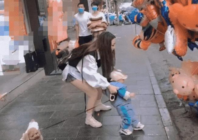 Cháu trai lì lợm đòi mua đồ chơi, gặp đúng bà dì đầu gấu nên bị xử đẹp theo cách không ai ngờ - Ảnh 1.