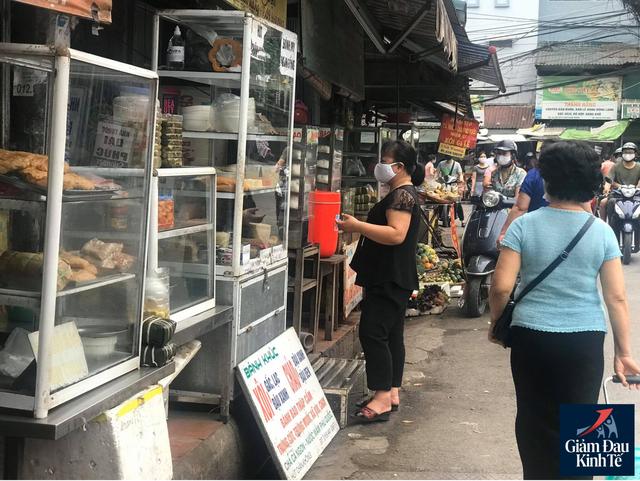 Hoạt động mua sắm tại chợ dân sinh thưa vắng, hàng hóa dồi dào - Ảnh 2.
