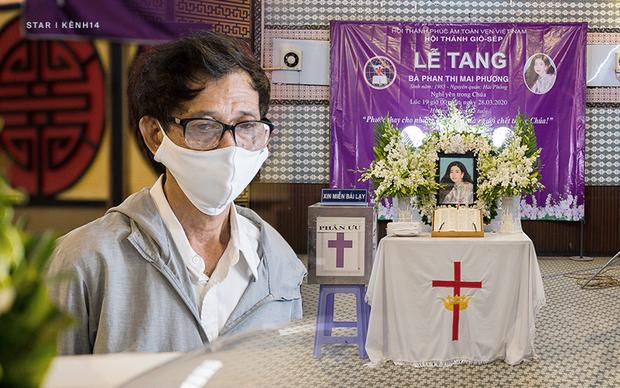 """Ốc Thanh Vân nghẹn ngào tại tang lễ nghệ sĩ Mai Phương: """"Mới hôm trước còn phải ngồi gục suốt, giờ em ấy đã được ngủ rồi"""" - ảnh 1"""