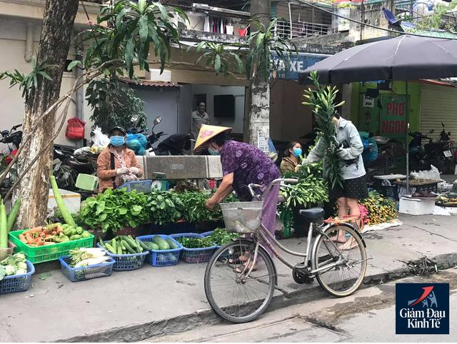 Hoạt động mua sắm tại chợ dân sinh thưa vắng, hàng hóa dồi dào - Ảnh 3.