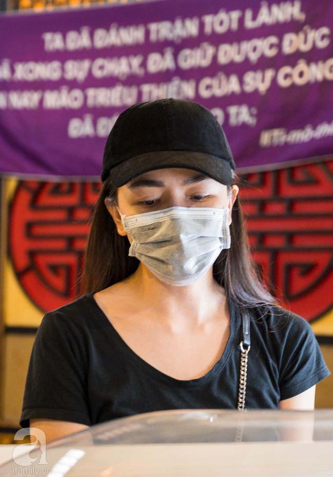Tang lễ diễn viên Mai Phương diễn ra lặng lẽ, gia đình bạn bè không nén nổi nước mắt - ảnh 9