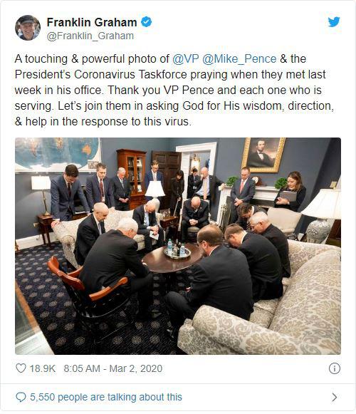 Mỹ: Hình ảnh Phó TT Pence và ban chỉ đạo chống dịch COVID-19 cầu nguyện trước buổi họp khiến dư luận dậy sóng - Ảnh 1.