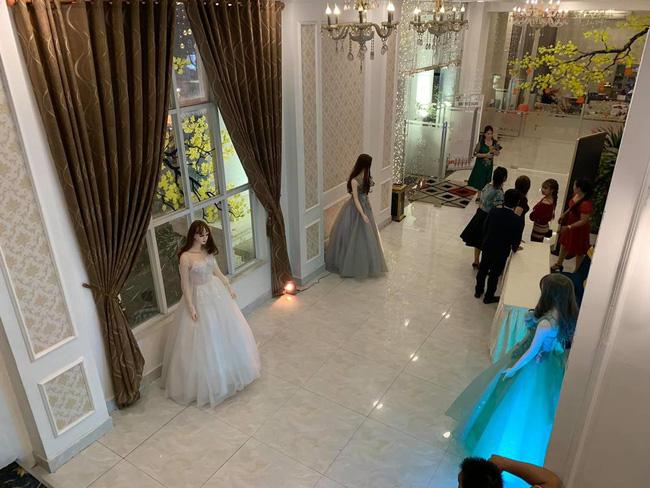 """Thiếu nhân viên tiếp khách trong tiệc cưới, nhà hàng quyết chơi lớn thuê cả dàn """"búp bê"""" nhựa để đứng đón khách cho xôm tụ - Ảnh 3."""