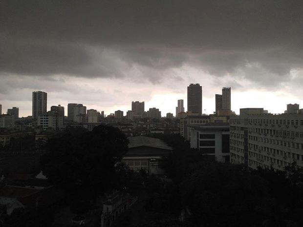 Hà Nội 2h chiều trời tối như ban đêm: Mây đen cuồn cuộn giăng kín bầu trời cùng mưa giông bất chợt khiến người dân phải bật đèn xe di chuyển - Ảnh 6.