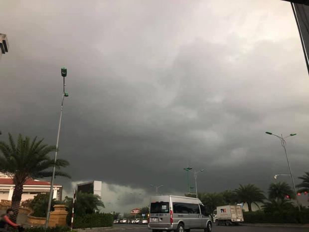 Hà Nội 2h chiều trời tối như ban đêm: Mây đen cuồn cuộn giăng kín bầu trời cùng mưa giông bất chợt khiến người dân phải bật đèn xe di chuyển - Ảnh 7.